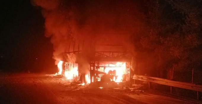Mersin'de seyir halindeki yolcu otobüsü alev aldı