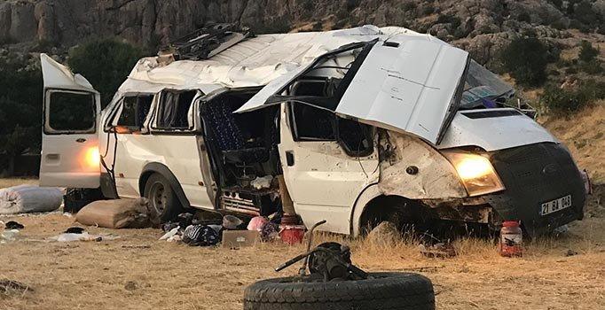 Diyarbakır-Bingöl kara yolunda mevsimlik işçileri taşıyan minibüs devrildi