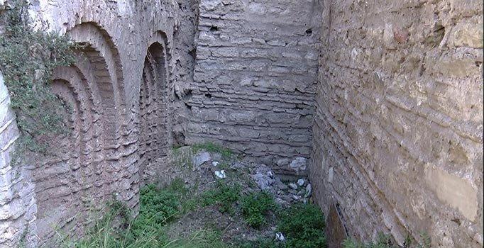 Fatih'te 900 yıllık sarnıç kaderine terk edildi, çökme tehlikesiyle karşı karşıya