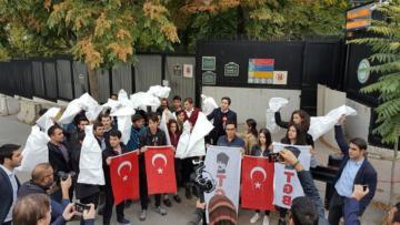 TGB'liler ellerinde çuvalla ABD Büyükelçiliği'nin kapısına dayandı