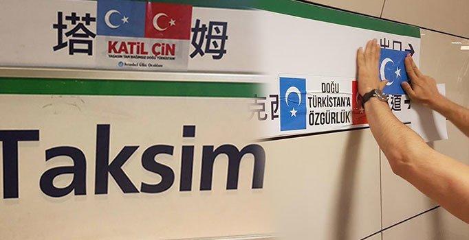Duraklara asılan Çince tabelalara 'Doğu Türkistan' yapıştırmalı tepki